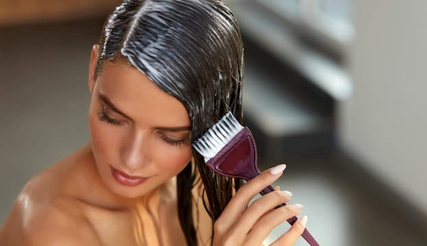 woman_dying_hair_at_home (1)