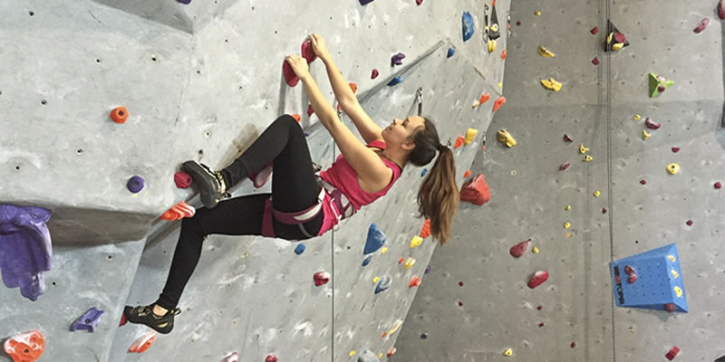 Start-Bouldering-Safely-by-Indoor-Climbing